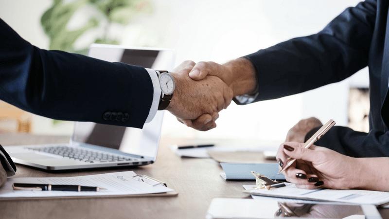 Como atender bem um cliente? [4 dicas valiosas]